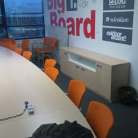 Stůl v konferenční místnosti
